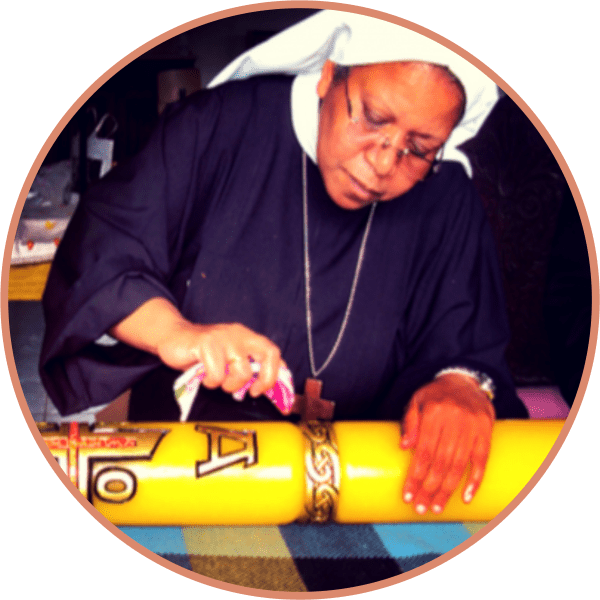 trabalho manual no mosteiro com fabricação de círio pascal
